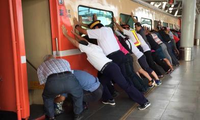 驚 全部人急抬火車 沒救回她